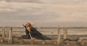 Belle fille avec des cheveux de vol dans la robe sur la nature Images stock