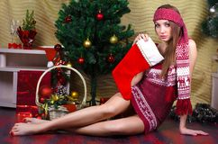 Belle fille avec des décorations de Noël image stock