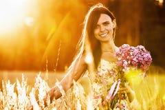 Belle fille avec des fleurs Photo stock