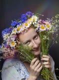 Belle fille avec des fleurs d'été Photos stock