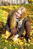 Belle fille avec des lames d'automne Image stock