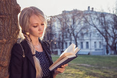 Belle fille avec des livres Images libres de droits