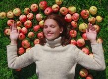 Belle fille avec des pommes Image libre de droits