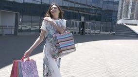 Belle fille avec des sacs à provisions banque de vidéos