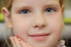 Belle fille avec des yeux bleus Photographie stock libre de droits