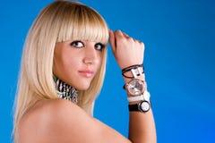 Belle fille avec différentes horloges à disposition photographie stock libre de droits