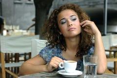 Belle fille avec du café image stock