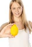 Belle fille avec du citron. Orientation sur le citron photographie stock libre de droits