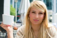Belle fille avec du long café potable de cheveux blonds Photos libres de droits