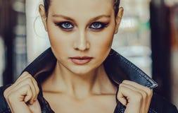 Belle fille avec haut étroit d'yeux bleus Image libre de droits