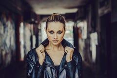 Belle fille avec haut étroit d'yeux bleus Photo libre de droits