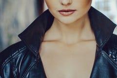 Belle fille avec haut étroit d'yeux bleus Photos stock