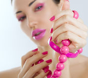Belle fille avec haut étroit rose lumineux de maquillage et d'accessoire Photographie stock libre de droits