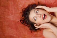 Belle fille avec l'émotion de la surprise Photographie stock libre de droits