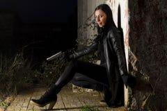 Belle fille avec l'arme Image libre de droits