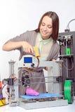 Belle fille avec l'imprimante tridimensionnelle Photo libre de droits