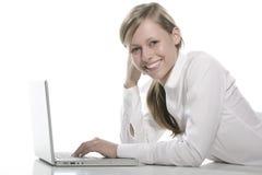 Belle fille avec l'ordinateur portatif images stock