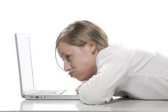 Belle fille avec l'ordinateur portatif image libre de droits