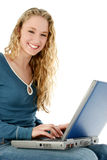 Belle fille avec l'ordinateur portatif dans les genoux photos libres de droits