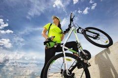Belle fille avec la bicyclette de sports photo stock