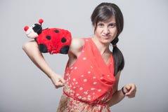 Belle fille avec la coccinelle sur son bras Images libres de droits