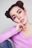 Belle fille avec la coiffure de fantaisie dans l'équipement occasionnel Photographie stock libre de droits