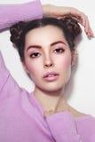 Belle fille avec la coiffure de fantaisie dans l'équipement occasionnel Image stock