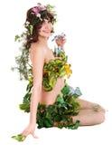 Belle fille avec la fleur et le guindineau. Photo libre de droits