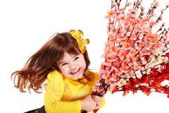 Belle fille avec la fleur et le guindineau de source. Photos stock