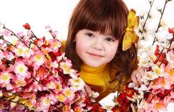 Belle fille avec la fleur et le guindineau de source. Images libres de droits