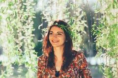 Belle fille avec la guirlande de branches photographie stock