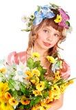 Belle fille avec la guirlande de la fleur sauvage. Photographie stock libre de droits