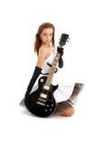 Belle fille avec la guitare noire images libres de droits