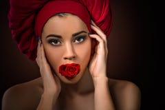 Belle fille avec la rose de rouge dans la bouche Photos libres de droits