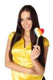 Belle fille avec la sucrerie colorée en forme de coeur image libre de droits