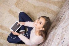 Belle fille avec la tablette Image stock