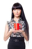 Belle fille avec la tasse rouge Photo stock