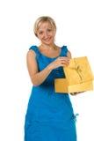 Belle fille avec le cadre de cadeau images stock