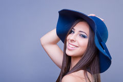 Belle fille avec le chapeau bleu Photographie stock libre de droits