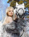 Belle fille avec le cheval Photographie stock libre de droits