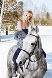 Belle fille avec le cheval Images stock