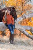 Belle fille avec le cheval dans la forêt d'automne Photographie stock