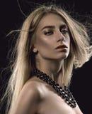 Belle fille avec le cheveu blond image stock