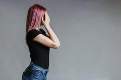 Belle fille avec le cheveu rose images libres de droits