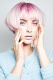 Belle fille avec le cheveu rose Photographie stock libre de droits