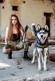 Belle fille avec le chien de traîneau Photos libres de droits