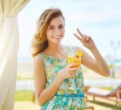 Belle fille avec le cocktail Photos libres de droits