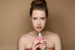 Belle fille avec le coctail de lait de poule à disposition et le maquillage de tresse Images libres de droits