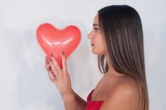 Belle fille avec le coeur pour le jour du ` s de valentine photographie stock libre de droits