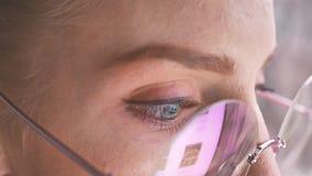 Belle fille avec le fonctionnement en verre sur un ordinateur portable clips vidéos